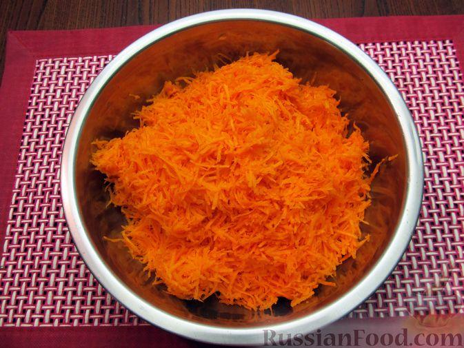 Фото приготовления рецепта: Морковный рулет с начинкой из сливочного сыра и зелени - шаг №2
