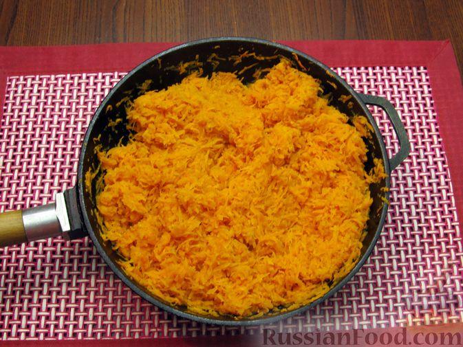 Фото приготовления рецепта: Морковный рулет с начинкой из сливочного сыра и зелени - шаг №3