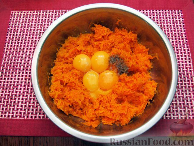 Фото приготовления рецепта: Морковный рулет с начинкой из сливочного сыра и зелени - шаг №5