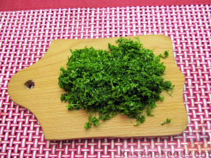 Фото приготовления рецепта: Морковный рулет с начинкой из сливочного сыра и зелени - шаг №11