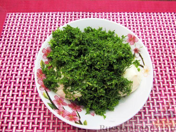 Фото приготовления рецепта: Морковный рулет с начинкой из сливочного сыра и зелени - шаг №12