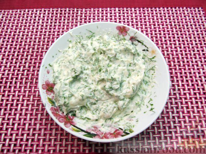 Фото приготовления рецепта: Морковный рулет с начинкой из сливочного сыра и зелени - шаг №13