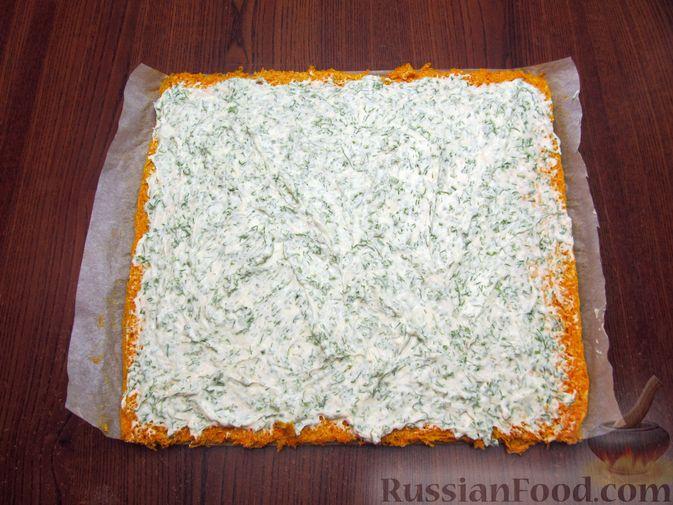 Фото приготовления рецепта: Морковный рулет с начинкой из сливочного сыра и зелени - шаг №14