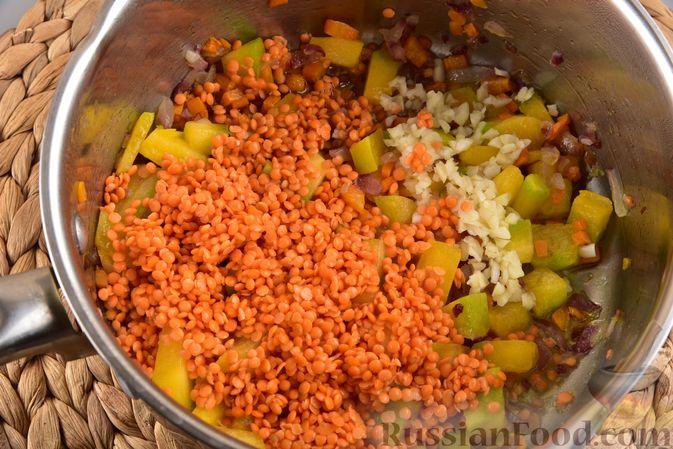 Фото приготовления рецепта: Овощной суп с тыквой и чечевицей - шаг №9