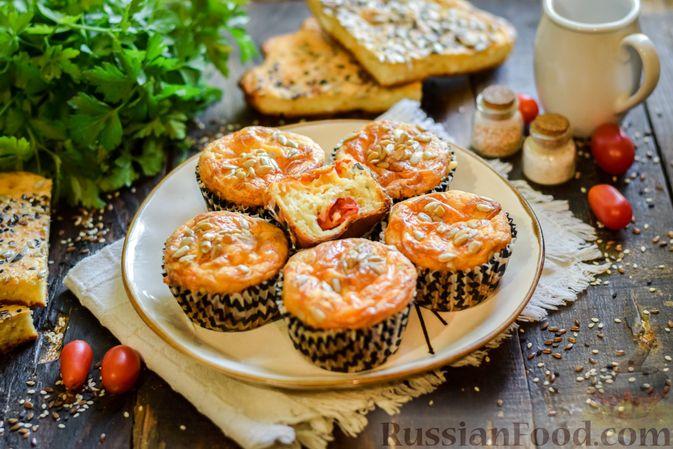 Фото к рецепту: Творожно-сырные маффины с помидорками черри