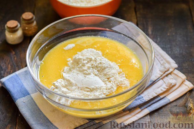 Фото приготовления рецепта: Творожно-сырные маффины с помидорками черри - шаг №5