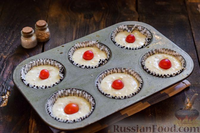 Фото приготовления рецепта: Творожно-сырные маффины с помидорками черри - шаг №11