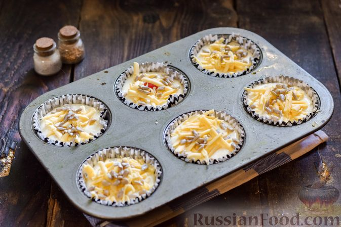 Фото приготовления рецепта: Творожно-сырные маффины с помидорками черри - шаг №12