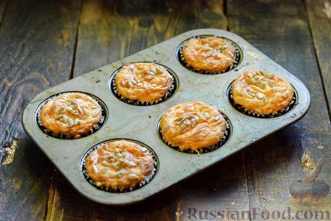 Фото приготовления рецепта: Творожно-сырные маффины с помидорками черри - шаг №14