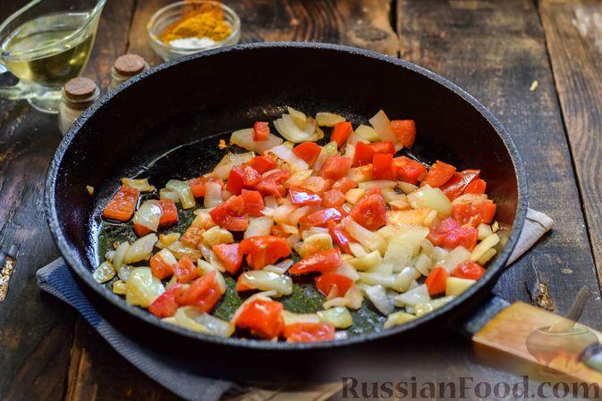 Фото приготовления рецепта: Тыква, тушенная с нутом, помидорами и пряностями, с жареными бананами - шаг №7