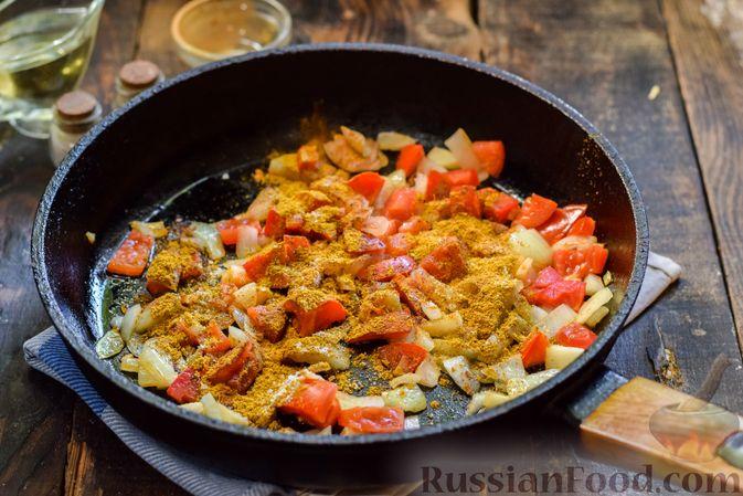 Фото приготовления рецепта: Тыква, тушенная с нутом, помидорами и пряностями, с жареными бананами - шаг №8
