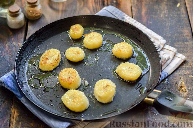 Фото приготовления рецепта: Тыква, тушенная с нутом, помидорами и пряностями, с жареными бананами - шаг №13