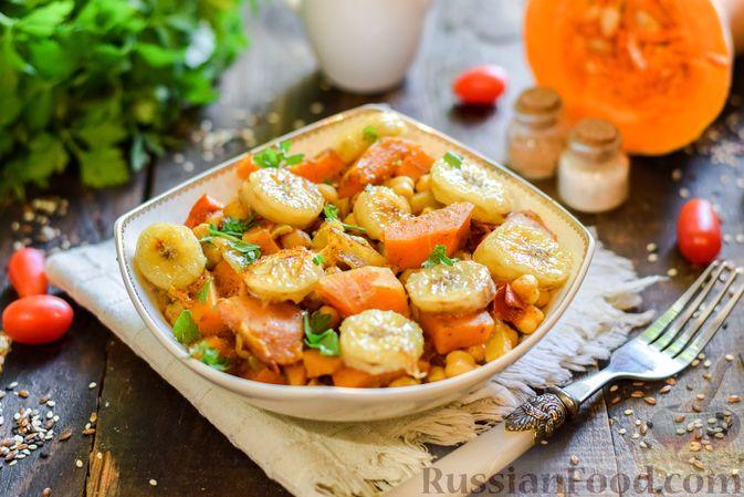 Фото приготовления рецепта: Тыква, тушенная с нутом, помидорами и пряностями, с жареными бананами - шаг №14