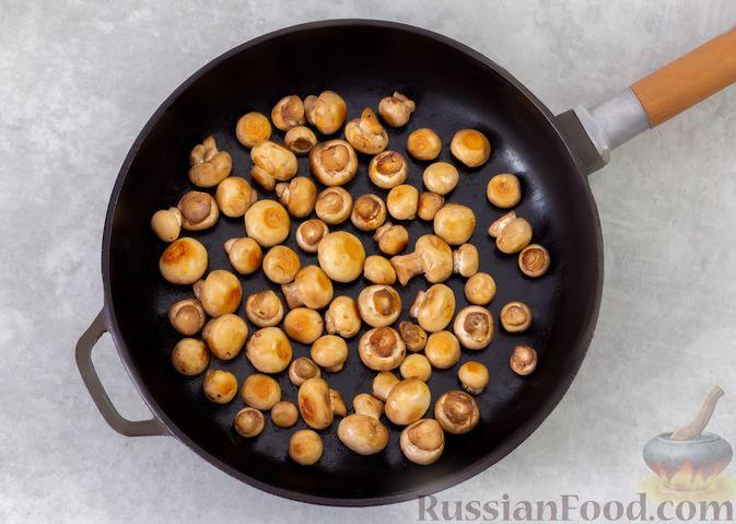 Фото приготовления рецепта: Салат из курицы с помидорами, шампиньонами, капустой и сыром - шаг №3