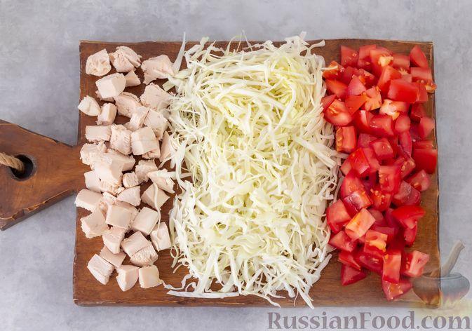 Фото приготовления рецепта: Салат из курицы с помидорами, шампиньонами, капустой и сыром - шаг №5