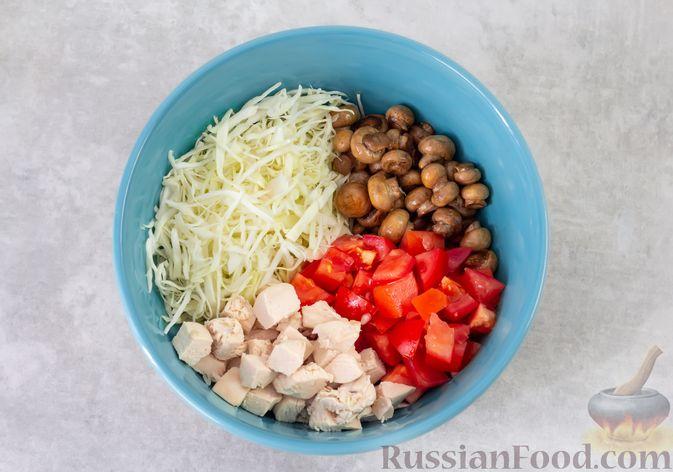 Фото приготовления рецепта: Салат из курицы с помидорами, шампиньонами, капустой и сыром - шаг №7