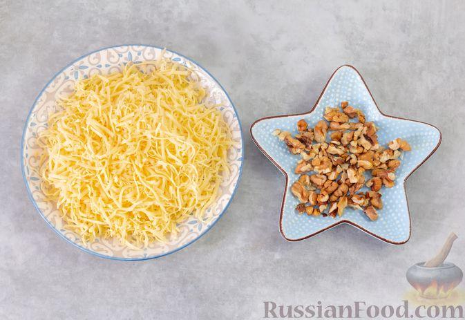 Фото приготовления рецепта: Салат из курицы с помидорами, шампиньонами, капустой и сыром - шаг №6