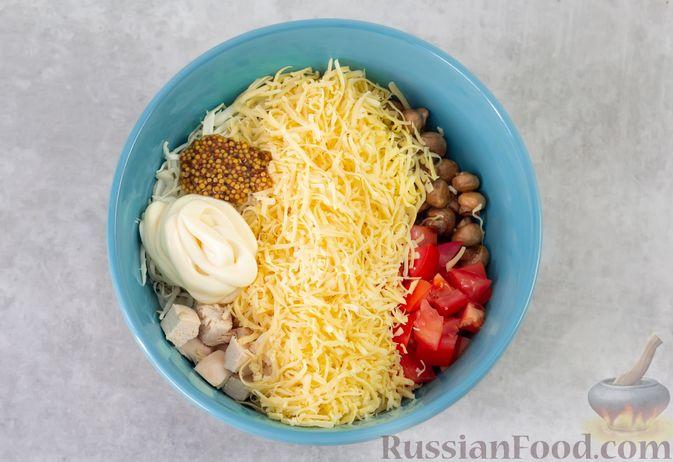 Фото приготовления рецепта: Салат из курицы с помидорами, шампиньонами, капустой и сыром - шаг №8