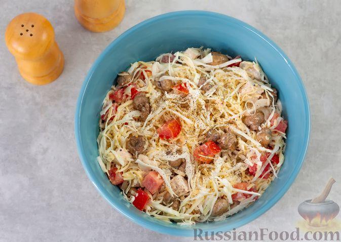 Фото приготовления рецепта: Салат из курицы с помидорами, шампиньонами, капустой и сыром - шаг №9