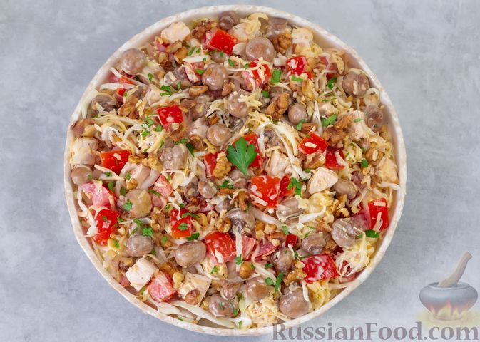 Фото приготовления рецепта: Салат из курицы с помидорами, шампиньонами, капустой и сыром - шаг №10