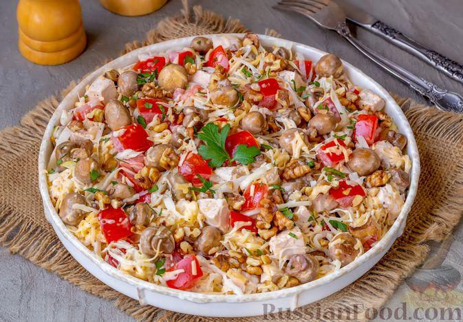 Фото приготовления рецепта: Салат из курицы с помидорами, шампиньонами, капустой и сыром - шаг №11
