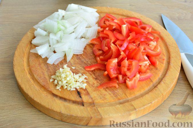 Фото приготовления рецепта: Томатный суп с мясным фаршем и булгуром - шаг №5