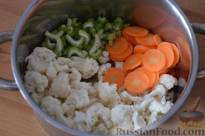 Фото приготовления рецепта: Овощной суп с цветной капустой и молочно-сырным соусом - шаг №4