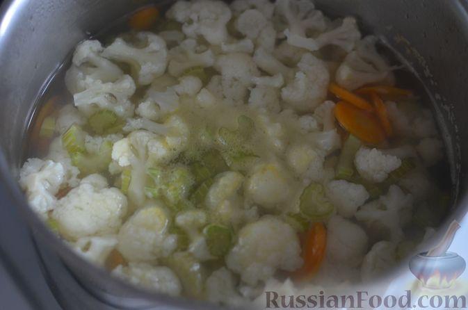 Фото приготовления рецепта: Овощной суп с цветной капустой и молочно-сырным соусом - шаг №5