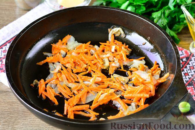Фото приготовления рецепта: Рис с тыквой, помидорами и сыром (на сковороде) - шаг №5