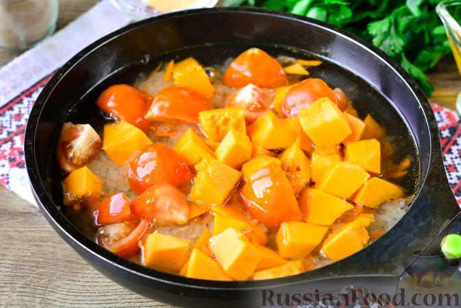 Фото приготовления рецепта: Рис с тыквой, помидорами и сыром (на сковороде) - шаг №8