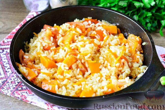 Фото приготовления рецепта: Рис с тыквой, помидорами и сыром (на сковороде) - шаг №9