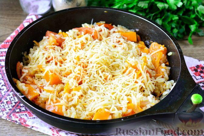 Фото приготовления рецепта: Рис с тыквой, помидорами и сыром (на сковороде) - шаг №10