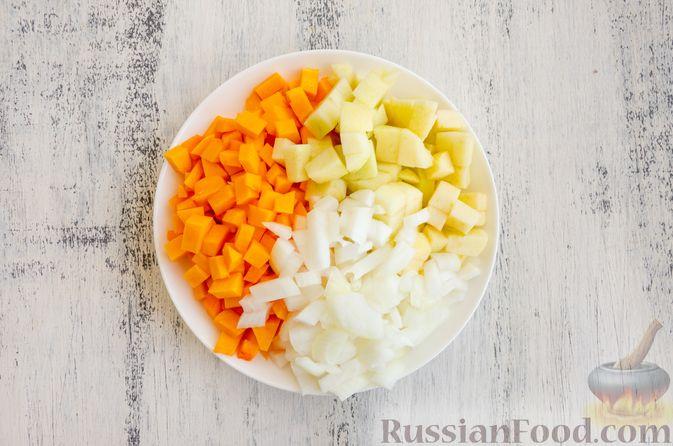 Фото приготовления рецепта: Капуста, тушенная с курицей, тыквой и яблоками - шаг №4