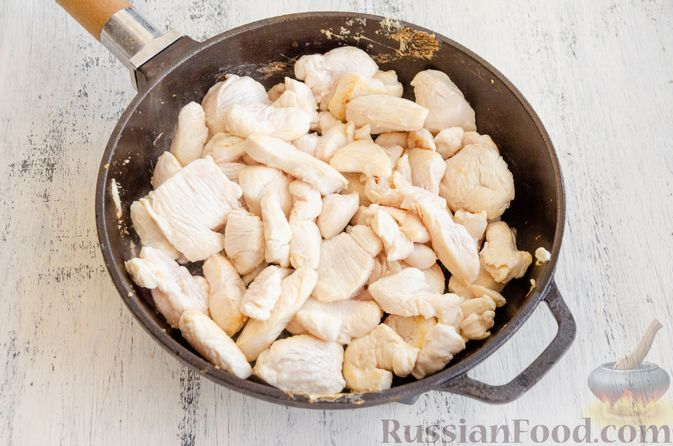 Фото приготовления рецепта: Капуста, тушенная с курицей, тыквой и яблоками - шаг №3