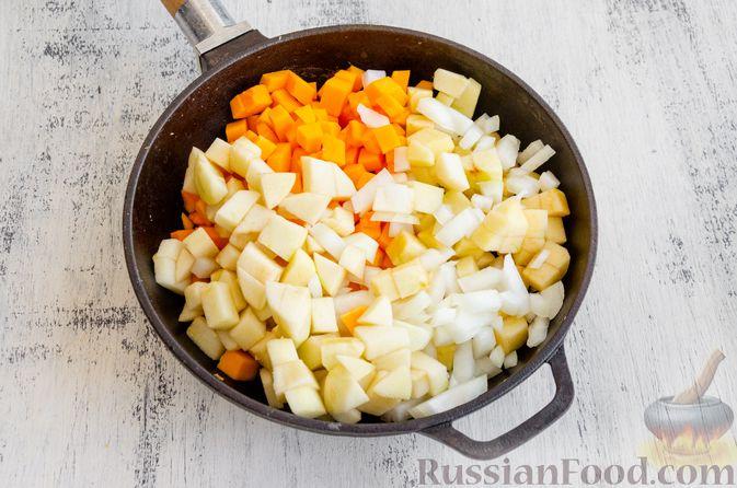 Фото приготовления рецепта: Капуста, тушенная с курицей, тыквой и яблоками - шаг №5