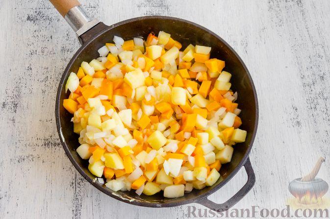 Фото приготовления рецепта: Капуста, тушенная с курицей, тыквой и яблоками - шаг №6