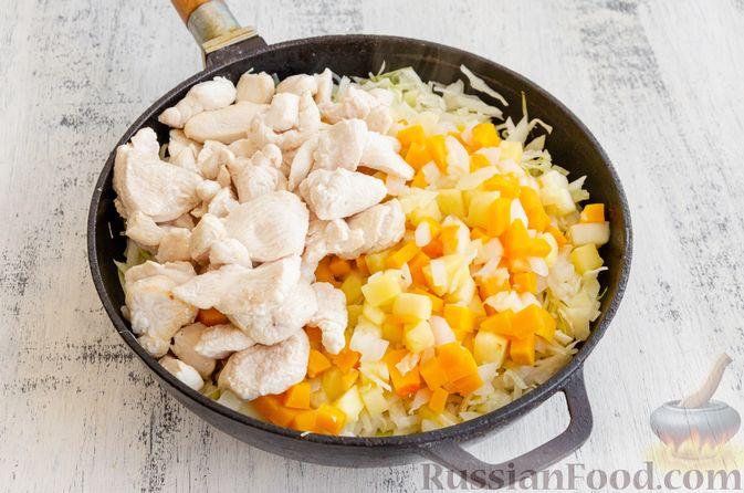 Фото приготовления рецепта: Капуста, тушенная с курицей, тыквой и яблоками - шаг №10