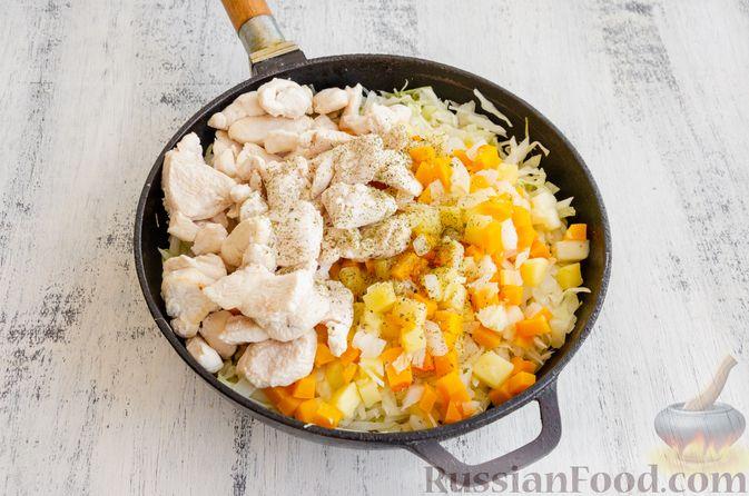Фото приготовления рецепта: Капуста, тушенная с курицей, тыквой и яблоками - шаг №11