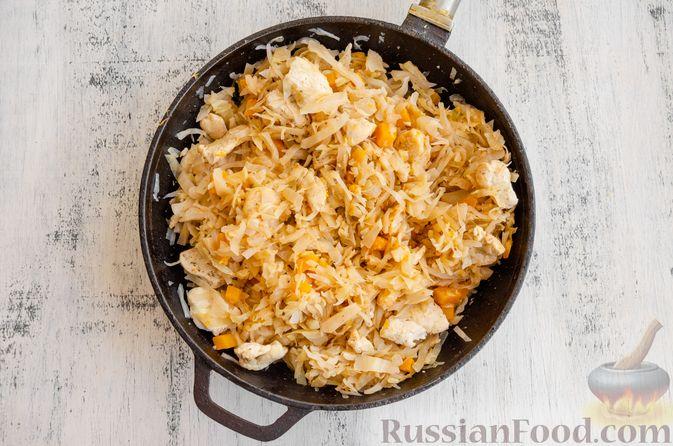 Фото приготовления рецепта: Капуста, тушенная с курицей, тыквой и яблоками - шаг №12