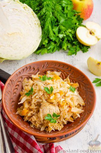 Фото приготовления рецепта: Капуста, тушенная с курицей, тыквой и яблоками - шаг №13