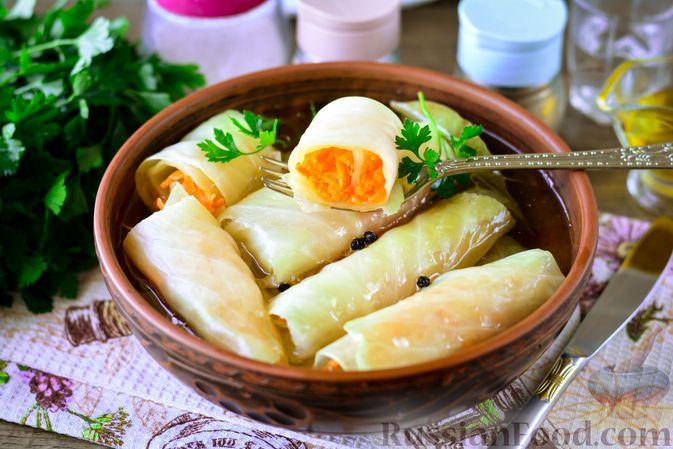 Фото к рецепту: Закусочные капустные рулетики, маринованные с морковью