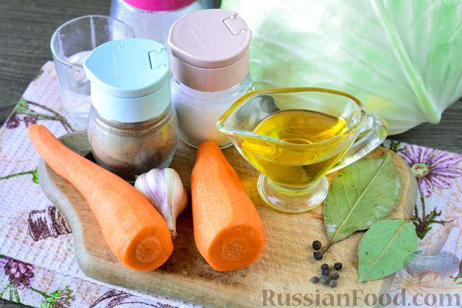 Фото приготовления рецепта: Закусочные капустные рулетики, маринованные с морковью - шаг №1