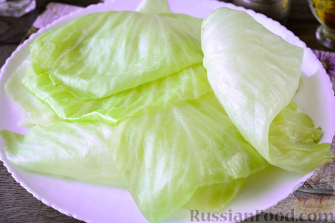 Фото приготовления рецепта: Закусочные капустные рулетики, маринованные с морковью - шаг №3