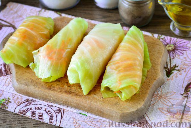Фото приготовления рецепта: Закусочные капустные рулетики, маринованные с морковью - шаг №8