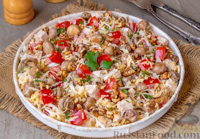 Фото к рецепту: Салат из курицы с помидорами, шампиньонами, капустой и сыром