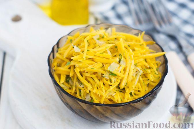 Фото к рецепту: Салат из свежей тыквы с луком и чесноком