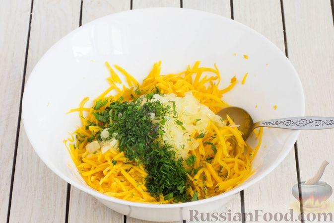 Фото приготовления рецепта: Салат из свежей тыквы с луком и чесноком - шаг №7
