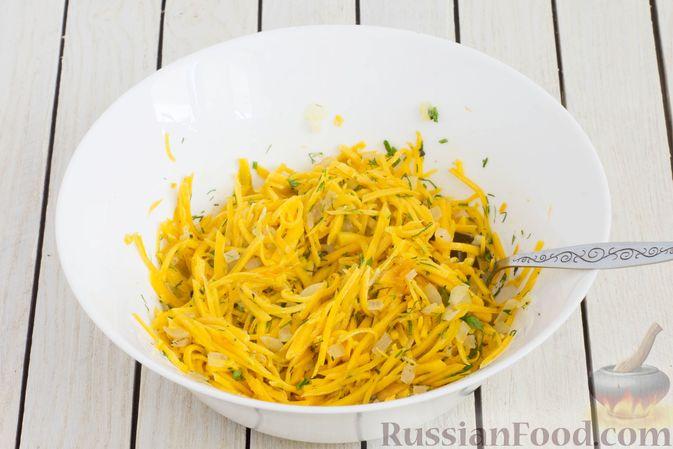 Фото приготовления рецепта: Салат из свежей тыквы с луком и чесноком - шаг №8