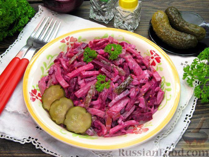 Фото к рецепту: Салат из свёклы с колбасой и маринованными огурцами
