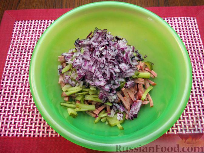 Фото приготовления рецепта: Салат из свёклы с колбасой и маринованными огурцами - шаг №5
